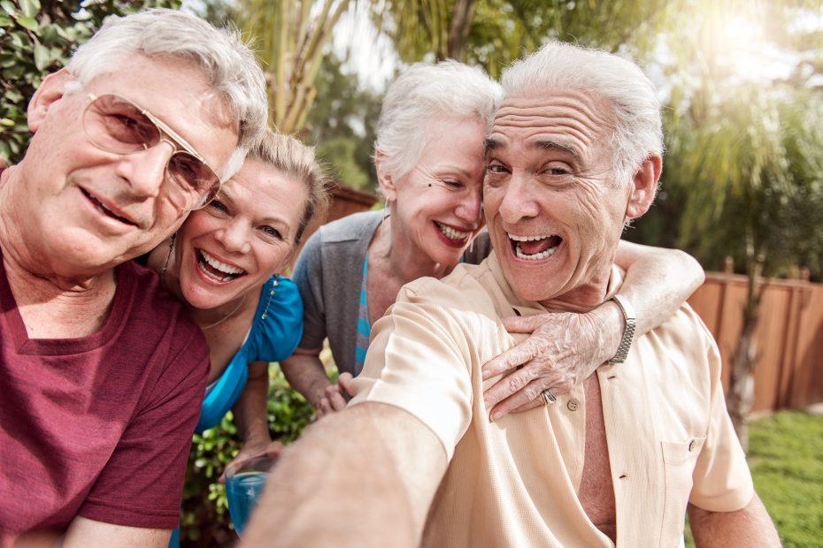 Gruppe aus fröhlichen Best Agern